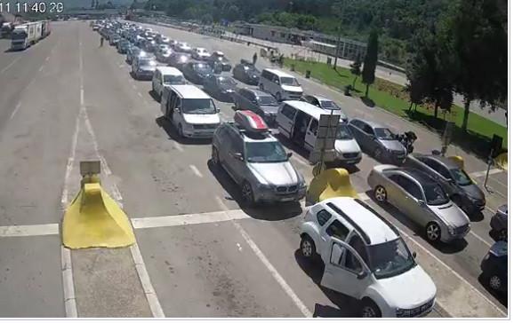 Ovako je bilo u podne na Gradini na ulazu u zemlju, kolone vozila čekale su do 30 minuta, a trenutno su zadržavanja do 40 minuta