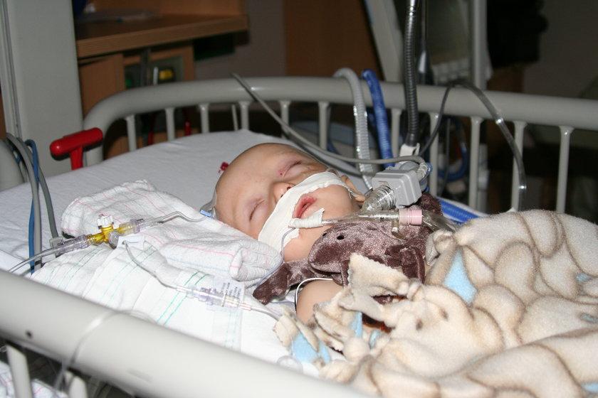 Chłopczyk przeszedł 65 operacji