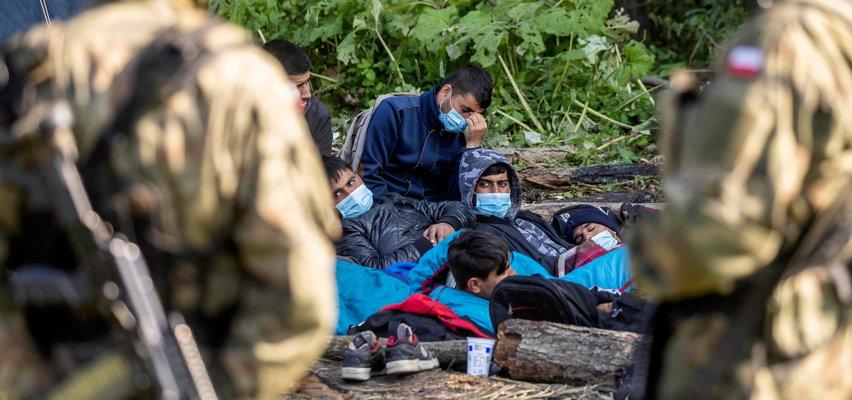 """Afgańczycy koczują na granicy polsko-białoruskiej. Działacz praw człowieka: """"Przebywają w nieludzkich warunkach"""""""