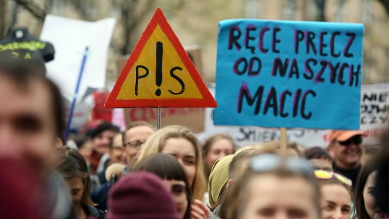 """Sobotnią manifestację zorganizowało Porozumienie """"Odzyskać wybór"""", które definiuje się jako """"koalicja organizacji, grup i osób, walcząca o zabrane nam 23 lata temu prawo do aborcji"""". Porozumienie podkreśla, że nie zrzesza się z partiami politycznymi i podmiotami komercyjnymi. Uczestnicy demonstracji przynieśli transparenty z hasłami: """"Martwe nie będziemy rodzić"""", """"Prawo do aborcji prawem człowieka"""", """"Edukacja seksualna zamiast kościelnej propagandy"""". Skandowano także: """"Matka Polka ma już dość"""", """"To nie kompromis to kompromitacja"""", """"Moja macica nie pani broszka"""". Część protestujących przyniosła wieszaki, które stały się symbolem sprzeciwu wobec zaostrzenia przepisów aborcyjnych."""