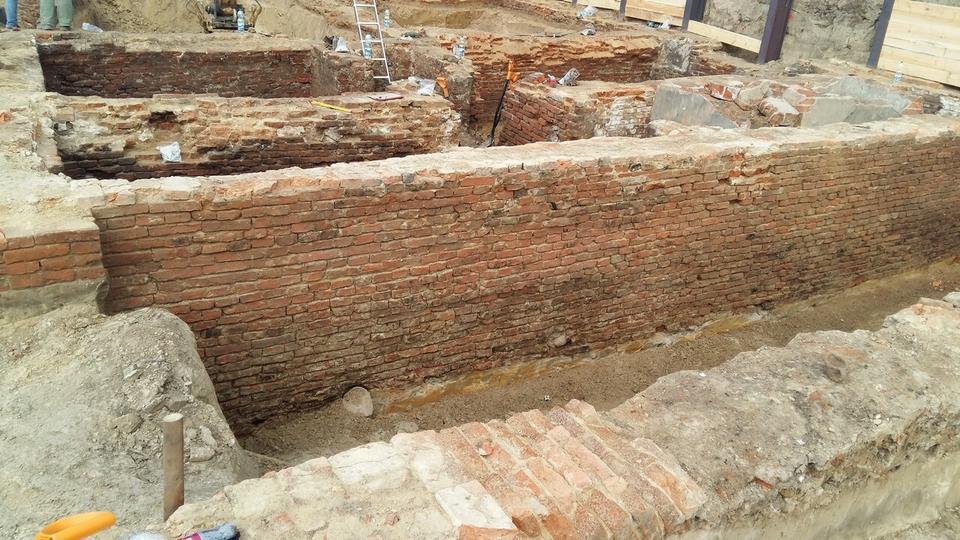 Podczas prac ziemnych Skanska odkryła pozostałości przedwojennych kamienic (piwnice ul. Wolska 12)