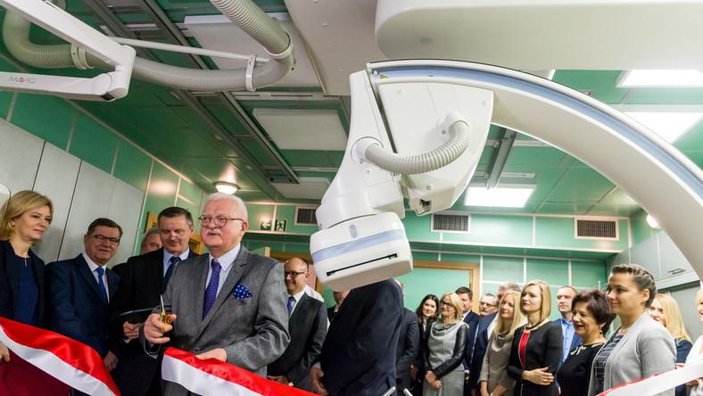 Były senator dr Jerzy Kopaczewski (4L) w trakcie otwarcia Pracowni Elektrofizjologii i Elektroterapii w Wojewódzkim Szpitalu Specjalistycznym im. bł. ks. Jerzego Popiełuszki we Włocławku