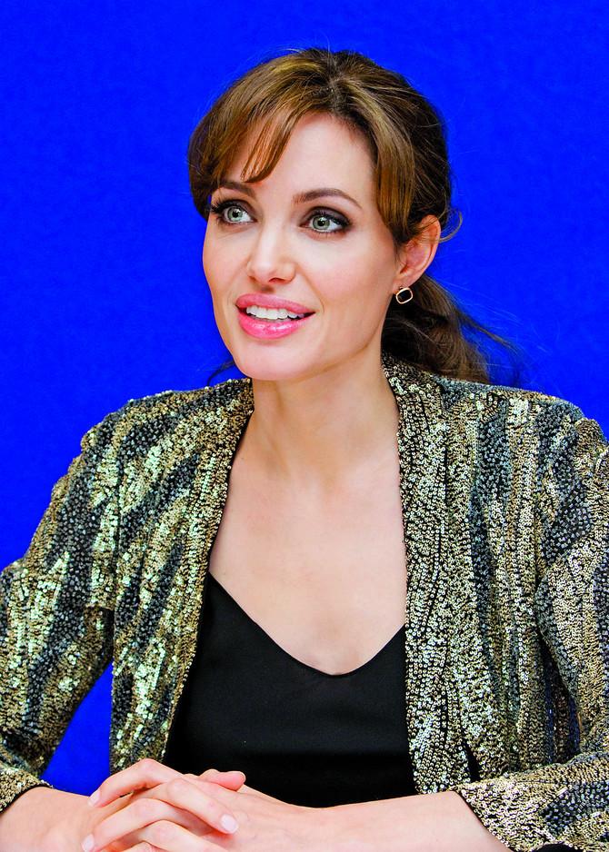 Glumica Andželina Džoli preventivno je uklonila dojke, janike i jajovode kad je saznala da ima nasledne predispozicije da oboli od raka