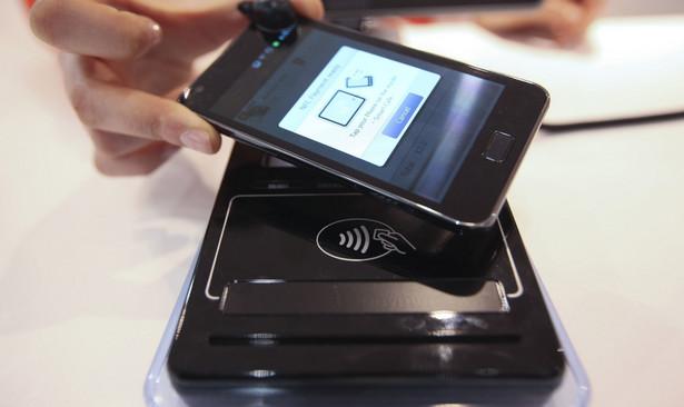 Smartfon z technologią zbliżeniową NFC pozwalającą na płatności telefonem komórkowym