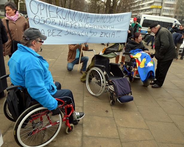 Protest opiekunów dorosłych osób niepełnosprawnych przed Sejmem. Fot. PAP/Radek Pietruszka