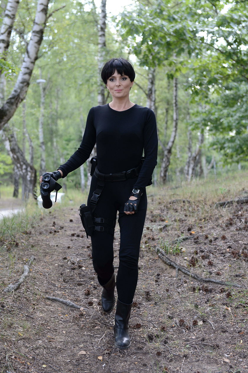 Halina Mlynkova w czarnej peruce na planie teledysku