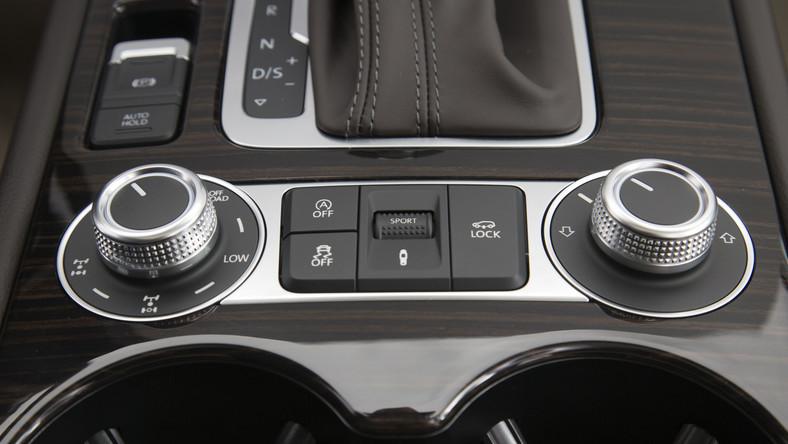 Wyposażenie? Modele z silnikiem V6 FSI i TDI będą uzbrojone w napęd na cztery koła, tempomat, automatyczną klimatyzację dwustrefową, hamulec multikolizyjny, system multimedialny z ekranem dotykowym, system start&stop i 17-calowe alufelgi.