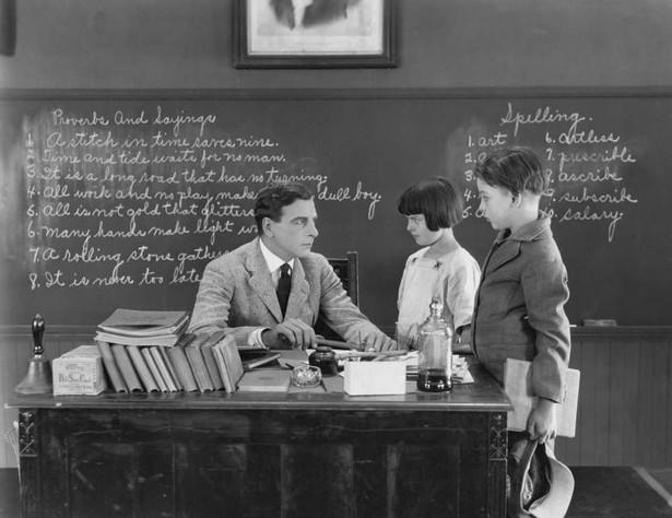 """""""W ławkach siedziało po czworo, reszta stała pod ścianami i tłoczyła się po kątach. Stołu i krzesła dla nauczycieli nie było"""" – tak zapamiętała pierwszy dzień pracy w jednej z częstochowskich szkół podstawowych Natalia Jakubowska."""