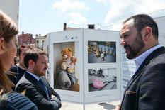 vranje Nikola Bizel obišao izložbu slika Ostavljena sećanja, koja prikazuje ostavljene igračke dece migranata.