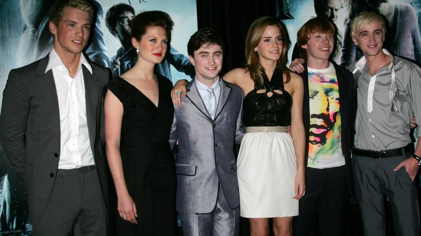 """Freddie Stroma (pierwszy od lewej) i inni aktorzy na premierze filmu """"Harry Potter i Książę Półkrwi"""""""