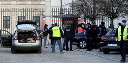 Autem staranował bramę Pałacu Prezydenckiego. Wcześniej rozjechał policjanta