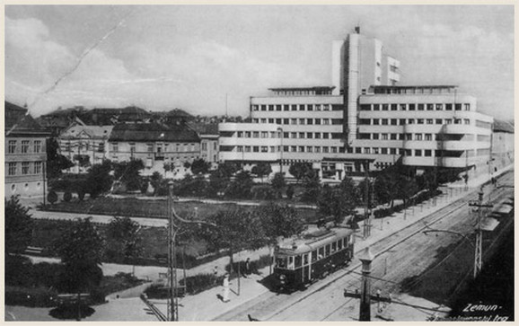 Zgrada komande ratnog vazduhoplovstva sagrađana je 1936. godine, prema projektu arhitekte Dragiše Brašovana, a delimično je uništena u NATO agresiji 1999. godine.