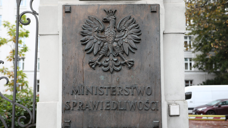 Ministerstwo sprawiedliwości - tablica przed wejściem do budynku