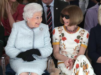 Okulary przeciwsłoneczne to znak rozpoznawczy Anny Wintour. Nie zdejmuje ich nawet w obecności królowej