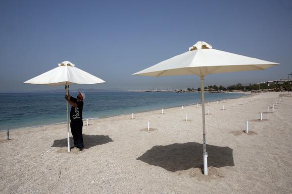 Suncobrani s razmakom - obala Atine
