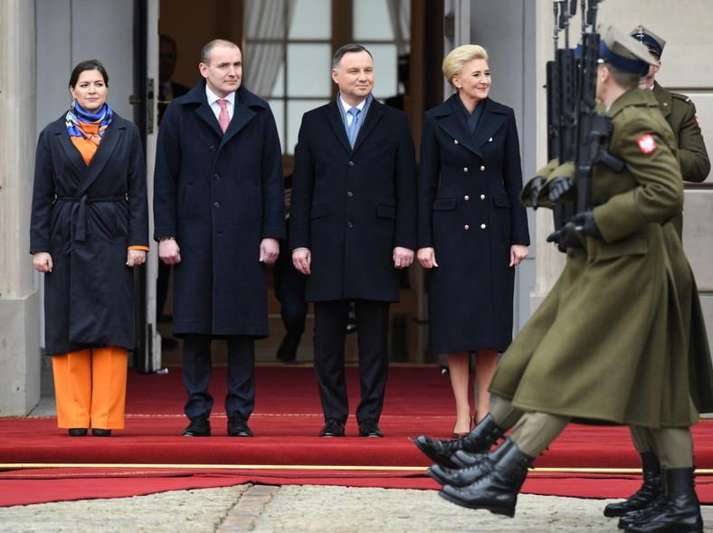 ...obie panie - Eliza Reid Agata Kornhauser-Duda - lubią czarne płaszcze. Pierwsza dama Islandii połączyła go jednak z pomarańczowym spodnium, a małżonka prezydenta Dudy z...
