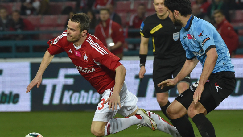 Zawodnik Wisły Kraków Paweł Brożek (L) walczy o piłkę z Miroslavem Ćovilo (P) z Cracovii podczas meczu polskiej T-Mobile Ekstraklasy