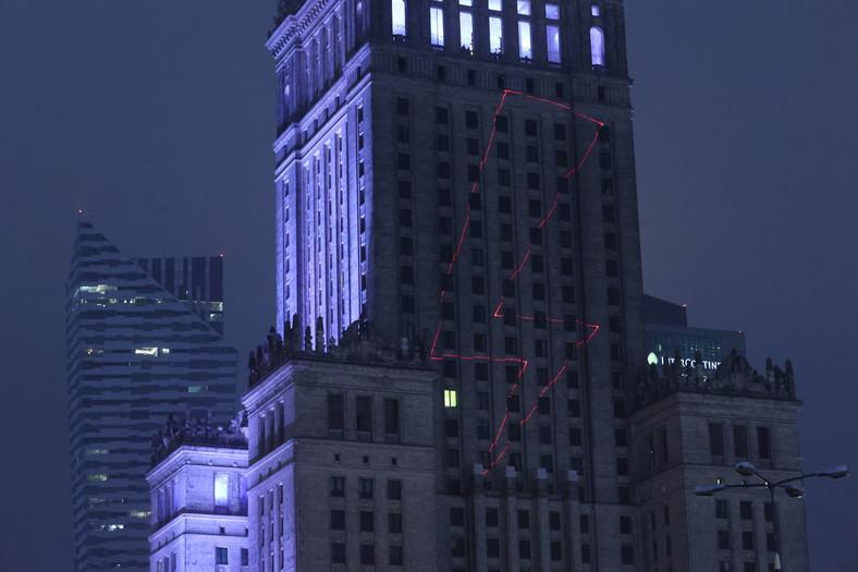 Jeden z symboli wyświetlonych na Pałacu Kultury