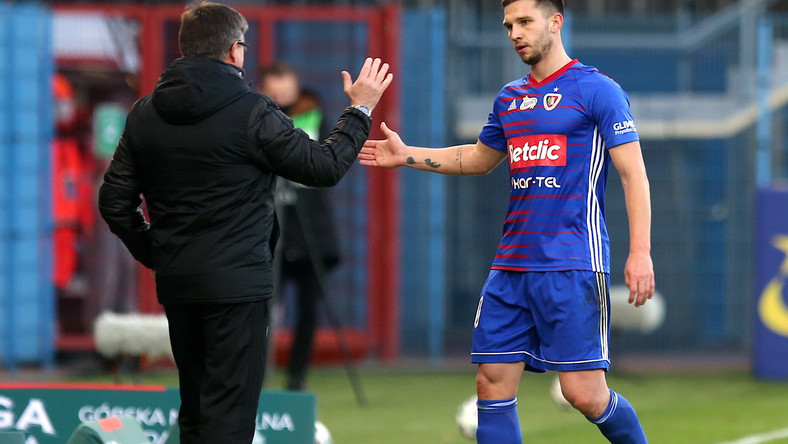 Piłkarze Piasta Gliwice Jakub Świerczok (P) cieszy się z gola z trenerem Waldemarem Fornalikiem (L) podczas meczu Ekstraklasy z Zagłebiem Lubin
