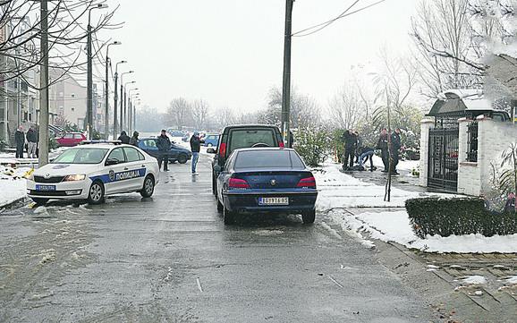 Miloš Jovanović pucao je Miroslavi Stojaković u glavu, zatim pobegao sa mesta zločina i presudio sebi 15 minuta kasnije kod obližnje fabrike. Ljubomora verovatni uzrok zločina