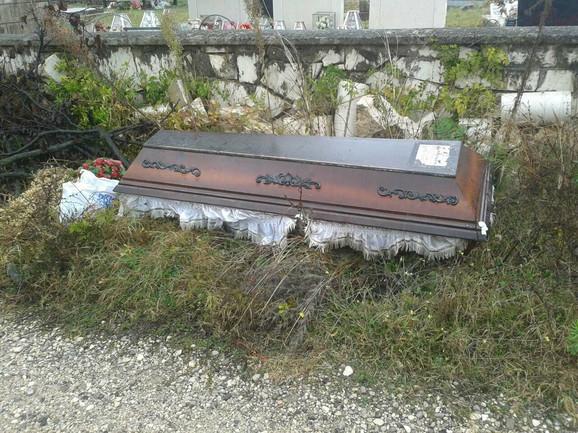 Prazan kovčeg uz put, tik uz kamenu ogradu groblja, u četvrtak ujutro prvi je primijetio mještanin Zoran Brajović, koji kaže da mu se zaledila krv u žilama