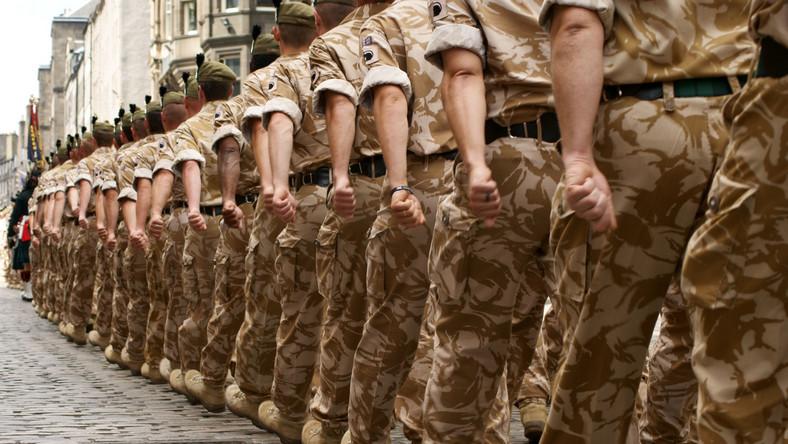 Brytyjscy żołnierze w kolumnie marszowej