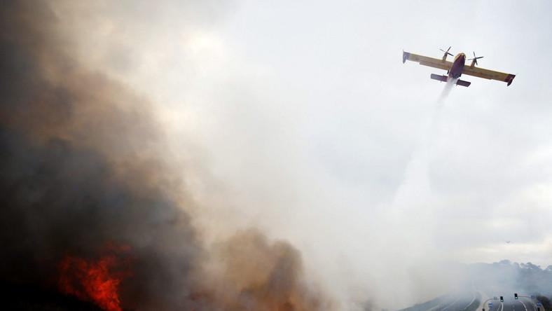 Gaszenie pożarów w powietrza, szosa niedaleko Malagi na południu Hiszpanii