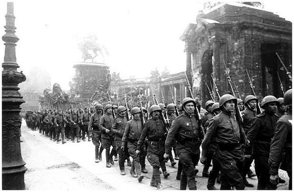 Najčudnija bitka Drugog svetskog rata 8Svk9lLaHR0cDovL29jZG4uZXUvaW1hZ2VzL3B1bHNjbXMvTW1ZN01EQV8vMzkyMWEyZDdjZWRkZTFiZDE5MGQ2NWI4YTM4YzNlZjAuanBnkZMCzQJCAIGhMAE