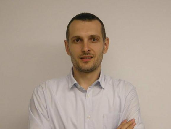 Profesor informatike Sasa Vešić snima, montira predavanja i odrzava sajt