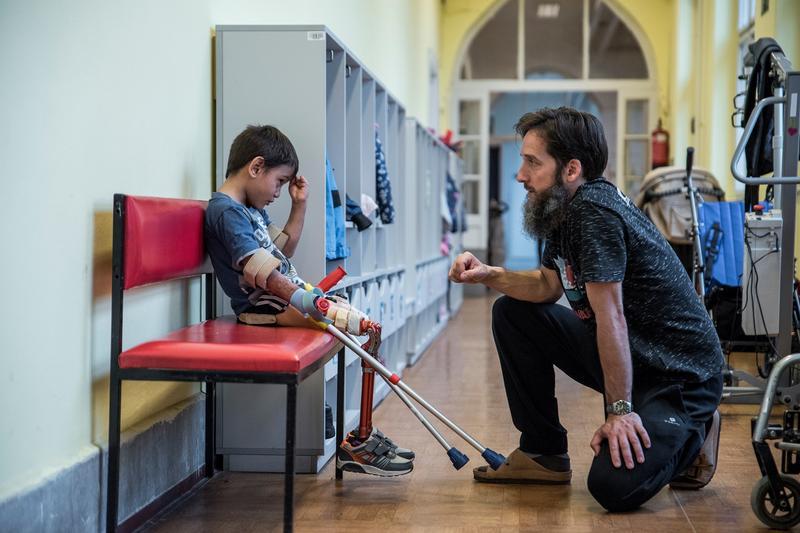 Boldog ovis lett a lábait elveszítő Viktorkából: új protézissel tanul járni a kisfiú, akinek fotókiállítás készül az életéről