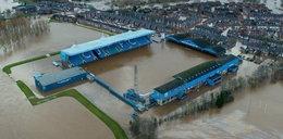 Huragan zniszczył stadion. Piłkarze rzucili się do pomocy powodzianom