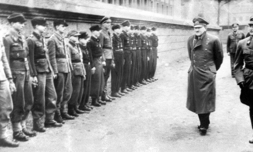 Adolf Hitler und Artur Axmann verleihen Eisernes Kreuz an Hitlerjungen   Adolf Hitler and Artur Axma