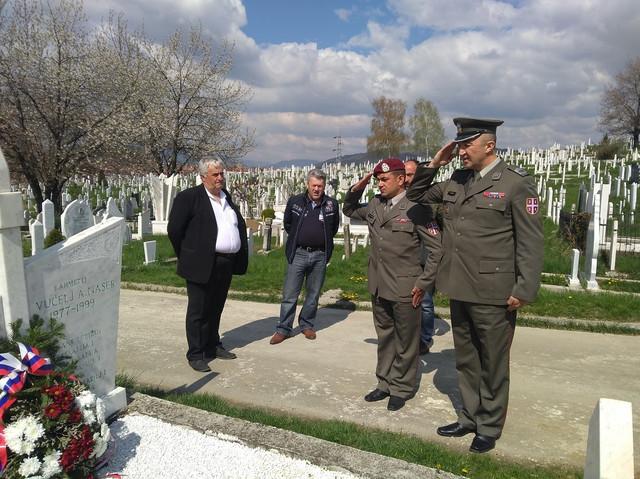 Vojska Srbija odaje poštu na grobu Nasera Vučelja