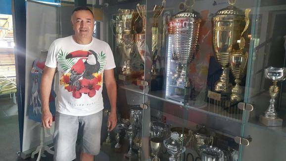 Zoran Radojičić sa trofejima koje su