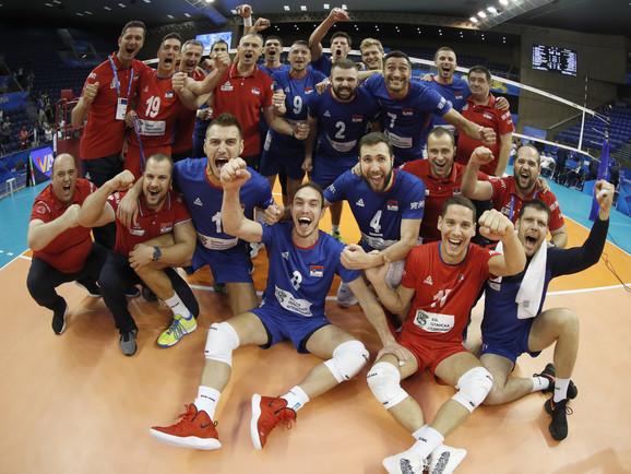 Odbojkaška reprezentacija Srbije slavi pobedu nad Francuskom
