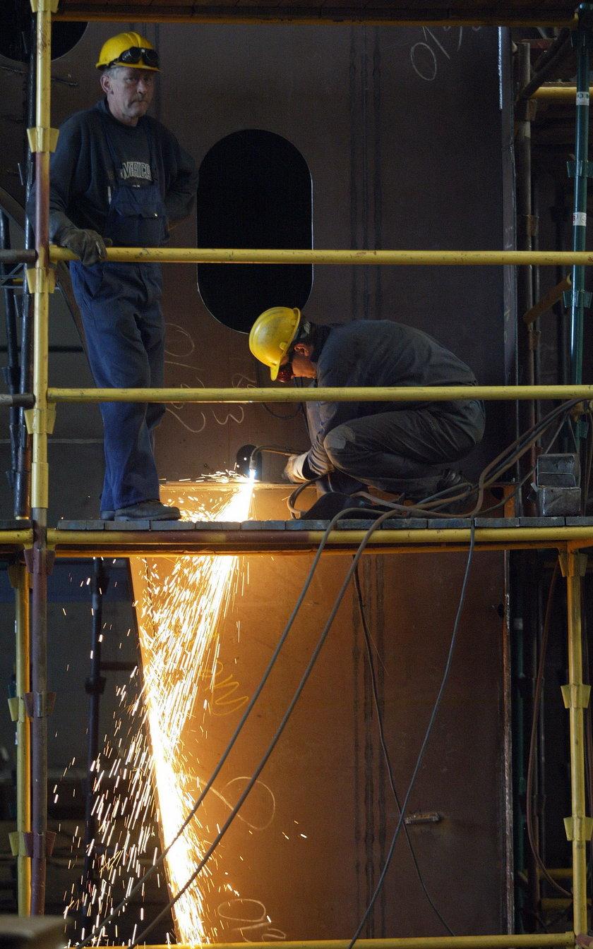 Stoczniowiec w pracy