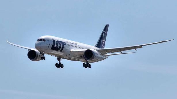 Boeing 787 podchodzi do lądowania w Warszawie. Fot. M. Kwasowski