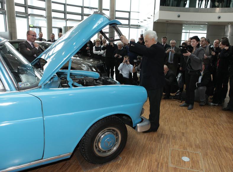 """Mercedes pana Aleksandra Ratajczaka skończy w 2011 roku 45 lat. To właśnie egzemplarz modelu W110 w wersji 200D, czyli """"skrzydlak"""", jeden z poprzedników obecnej Klasy E, wygrał ogłoszony w 2010 roku przez Mercedes-Benz Polska konkurs na najstarszego Mercedesa, należącego od nowości do jedynego, polskiego właściciela"""