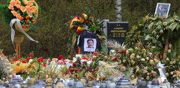 """Grób Krawczyka tonie w kwiatach. Mija miesiąc od jego śmierci, a ludzie wciąż przychodzą na cmentarz """"pożegnać Krzyśka"""". ZDJĘCIA"""