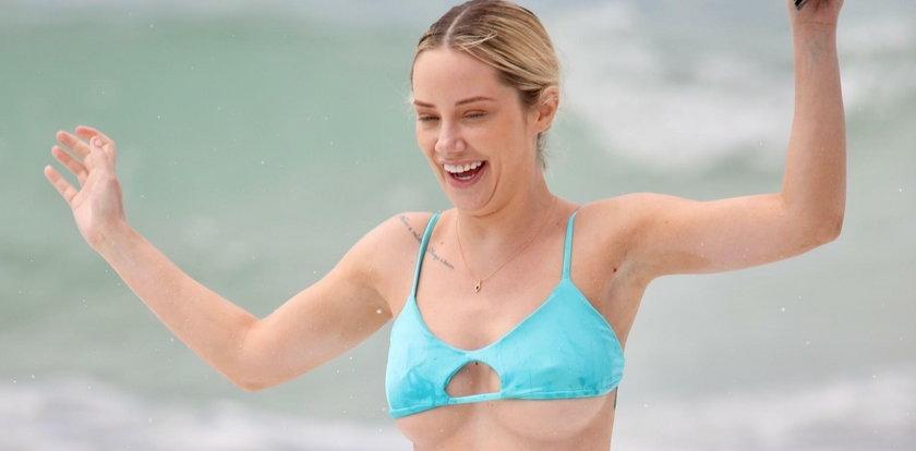 Jessika Power na plaży. Ale miała niesforne bikini...