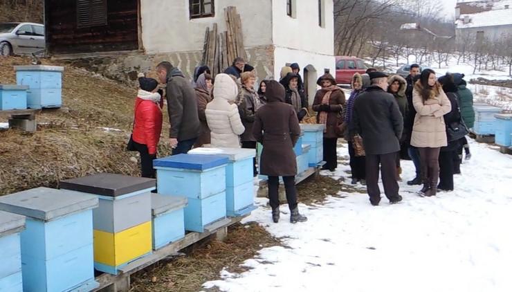 Dodeljeno po deset kosnica zenama sa ruralnog podrucja foto B.Bojovic