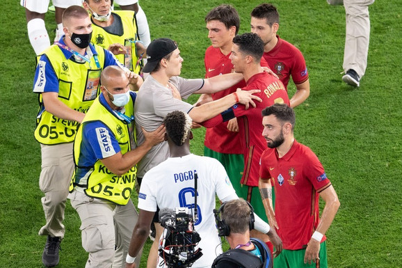 """Jedni ga OBOŽAVAJU, drugi MRZE, ovim potezom je dao za pravo ovima drugima! Haos """"iza"""" kamera na EURO: Ronaldo ODGURNUO NAVIJAČA koji je uleteo na teren da ga zagrli! /VIDEO/"""