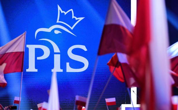 """Szef klubu PO Sławomir Neumann, odnosząc się do niedzielnej konwencji, która odbyła się w stołecznej Hali Expo, powiedział, że było tam """"dużo zwiezionych ludzi i dużo machania flagami""""."""