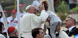 Sprzedają to, co papież Franciszek miał na sobie
