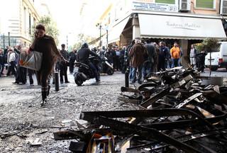 Grecy strajkują przeciw zmianom w prawie pracy. Mimo pandemii w Atenach demonstruje 20 tys. osób
