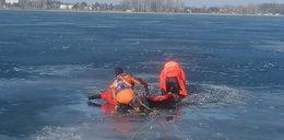 Dramatyczny wypadek nad jeziorem. Pod mężczyzną załamał się lód
