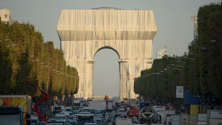"""Łuk triumfalny w Paryżu owinięty folią. """"To nie remont, to instalacja artystyczna"""""""