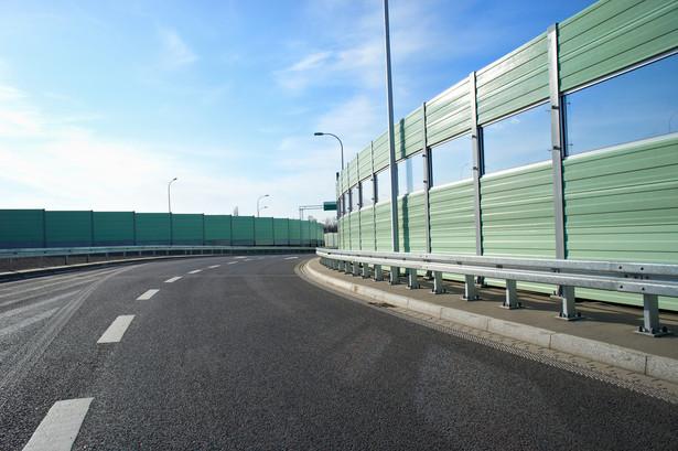 Ekranów przy drogach jest zdecydowanie za dużo (z powodu ich nadmiaru obiektem drwin stała się autostrada A2 Łódź–Warszawa), lecz mimo to do Generalnej Dyrekcji Dróg Krajowych i Autostrad ciągle wpływają nowe wnioski dotyczące montażu dodatkowych.