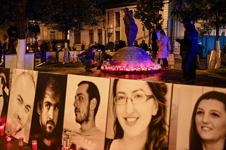 """Imagini ale victimelor din jurul monumentului, care a fost ridicat în memoria victimelor incendiului clubului """"colectiv"""" In Bucuresti"""