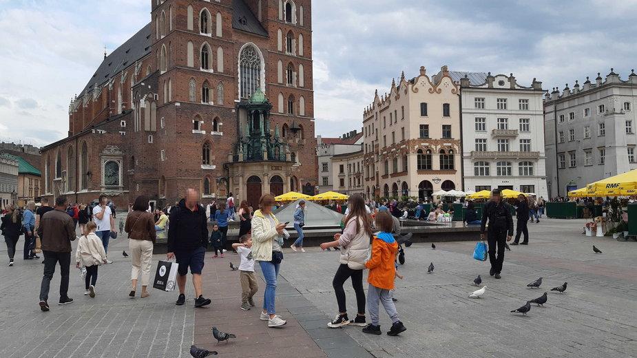 Zatłoczony rynek w Krakowie w sobotę 15 maja
